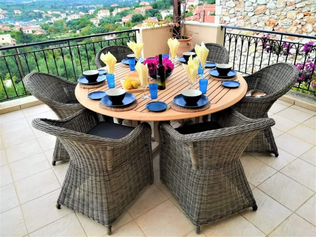 Al fresco dining with wonderful views.