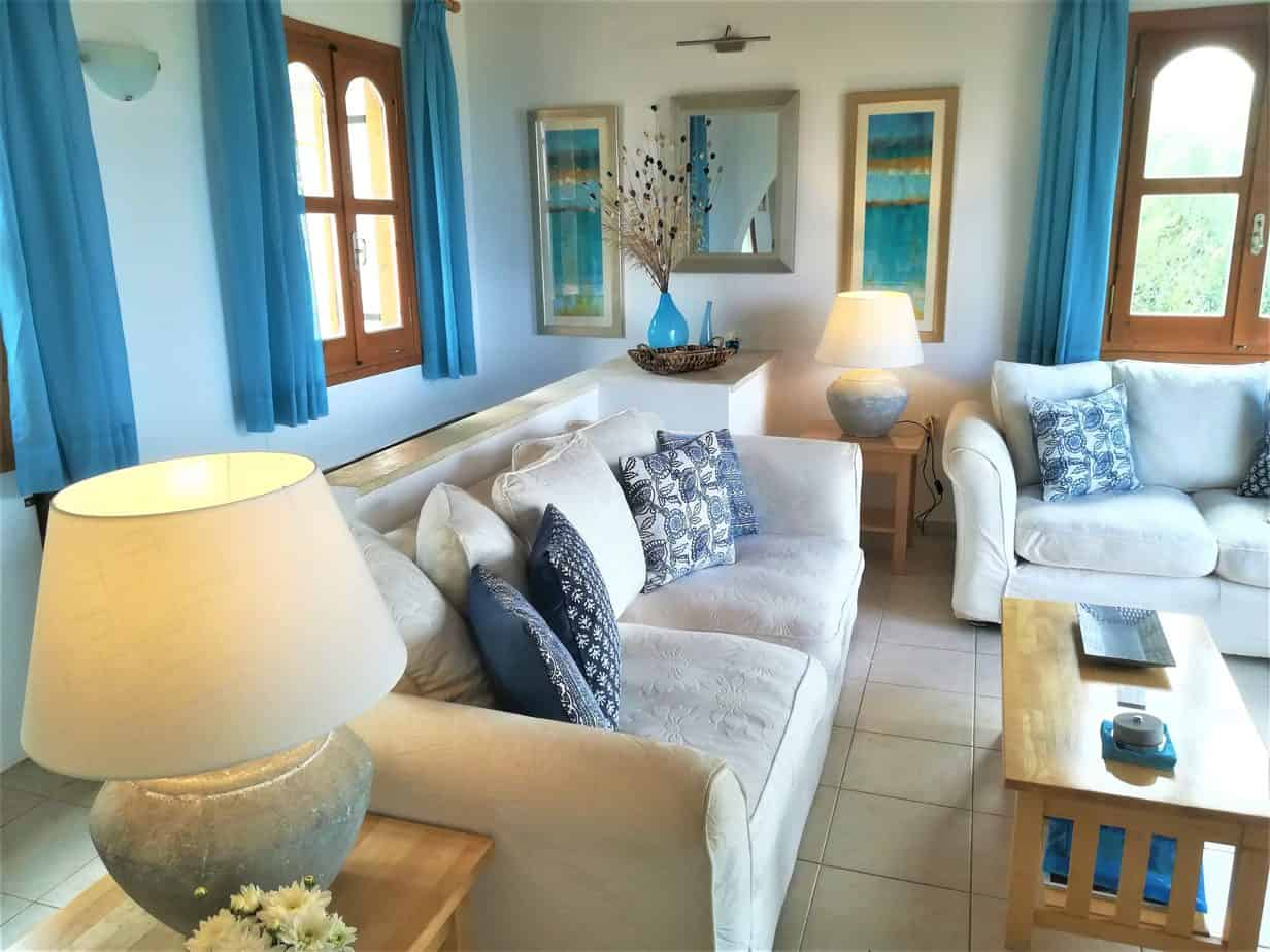 Light and spacious, double height lounge with air conditioning and comfortable suite.